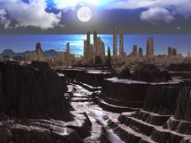 Altes Schloss durch Ocean am Mondschein Stockfotografie