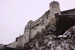 Altes Schloss Hohensalzburg-Festung in Salzburg gesehen vom Gebrüll Lizenzfreie Stockfotografie