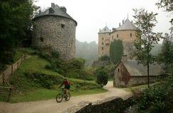 Altes Schloss im Ardennes-Berg - Belgien. Lizenzfreies Stockfoto