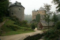 Altes Schloss im Ardennes-Berg - Belgien. Stockfoto