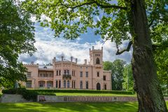Altes Schloss im Park Lizenzfreie Stockfotos