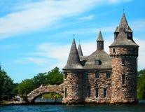 Altes Schloss mit Brücke Stockbild