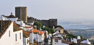 Altes Schloss mit kleinem moutain Dorf stockbild
