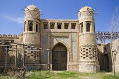Altes Schloss in Ost-Kasachstan Festung die Nomaden Wände und Tor der alten Festung gemacht von Stein und mit Muster gezeichnet lizenzfreies stockbild
