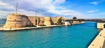 Altes Schloss Tarantos und rotierende Brücke auf Seekanal Stockfoto