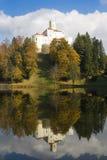Altes Schloss und es sind Reflexion Stockfoto