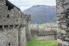Altes Schloss und Festung in der alpinen Stadt von Bellinzona im Tessin stockfoto