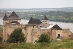 Altes Schloss und Fluss in Khotyn-Stadt, Ukraine Lizenzfreie Stockfotos