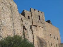 Altes Schloss unter blauem Himmel Stockfotos