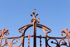 Altes Schmiedeeisen-Tor mit blauem Himmel, Tanger stockbilder