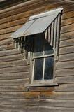 Altes schmutziges Fenster auf Holzhaus Stockbilder