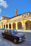 Altes schwarzes Auto auf der Straße im BH, Italien. Stockfoto