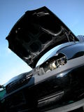 Altes schwarzes Auto am Junkyard Stockbild