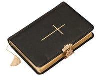 Altes schwarzes Bibelbuch auf weißem Hintergrund Stockbild