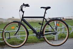 Altes, schwarzes bicykle stockfoto