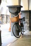 Altes schwarzes Fahrrad Stockfotos