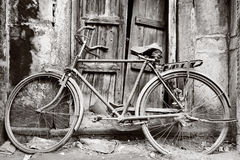 Altes Schwarzweiss-Fahrrad Stockfotos