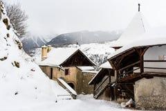 Altes Schweizer Gebirgschateau in der schneebedeckten Landschaft lizenzfreie stockbilder