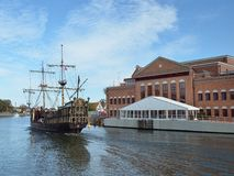 Altes Seeräuberschiff auf dem Fluss mit neuem Operngebäude Lizenzfreie Stockfotos