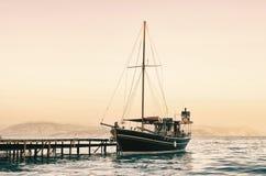 Altes Segelnboot am Sonnenuntergang stockbild