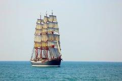Altes Segelschiff im vollen Segel Stockbilder