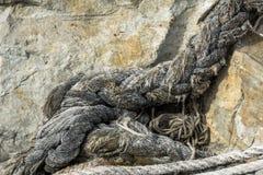 Altes Seil auf Stein lizenzfreies stockfoto