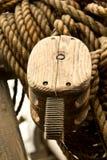 Altes Seil und hölzerne Blockseilrollen Lizenzfreie Stockfotos