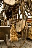 Altes Seil und hölzerne Blockseilrollen Lizenzfreies Stockfoto