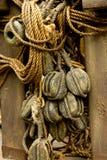 Altes Seil und hölzerne Blockseilrollen Stockbilder