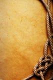 Altes Seil und Knoten auf Papier lizenzfreies stockfoto