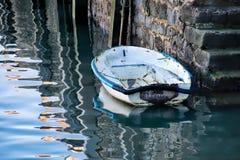 Altes Skiff an den Hafen-Schritten lizenzfreie stockfotos