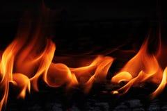 Altes Sperrholz brennt schön im Feuer mit der Bildung der Beschaffenheitsasche Lizenzfreie Stockfotografie