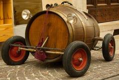 Altes Spielzeugauto mit Fass und roten Rädern stockfoto