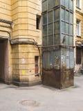 Altes St- Petersburgyard mit Aufzug Stockfotografie