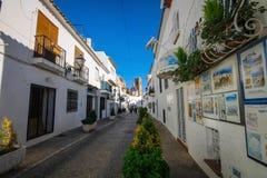 Altes Stadtdorf Alteas in der typischen weißen Mittelmeerart in Alicante, Costa Blanca, Spanien Lizenzfreies Stockfoto