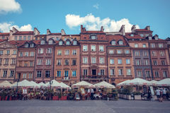 Altes Stadtmarktquadrat mit bunten Häusern und Cafés im Freien in Warschau, Polen Lizenzfreie Stockfotos