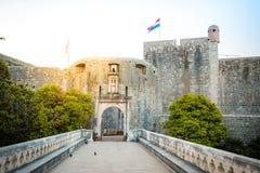 Altes Stadttor Dubrovniks bei Sonnenaufgang, Dalmatien, Kroatien lizenzfreie stockbilder