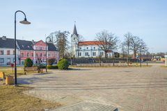 Altes Stadtzentrum und Kirche bei Saldus, Lettland lizenzfreies stockbild