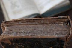 Altes staubiges Buch mit Lesebrille Lizenzfreies Stockfoto