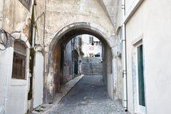 Altes steet Lissabons Portugal Bogen und Treppe Gebäudefassade Stockfotos