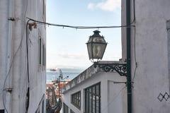 Altes steet Lissabons Portugal Bogen und Treppe Gebäudefassade Stockbilder