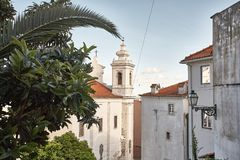Altes steet Lissabons Portugal Bogen und Treppe Gebäudefassade Chu Lizenzfreies Stockfoto