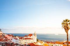Altes steet Lissabons Portugal Stadtbild mit Dächern Der Tajo MI Lizenzfreie Stockfotografie