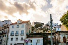 Altes steet Lissabons Portugal Stadtbild mit Dächern Der Tajo MI Stockfotos