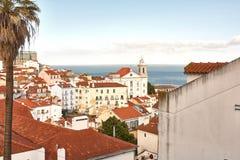 Altes steet Lissabons Portugal Stadtbild mit Dächern Der Tajo MI Stockbild
