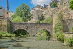 Altes Steinbrücken- und Flussthema stockbild