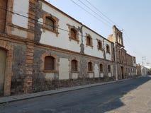 altes Steingebäude gegenüber von der Station der Eisenbahn von der Stadt von Toluca, Mexiko lizenzfreie stockbilder