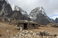 Altes Steinhaus in Himalaja Stockfotografie