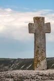 Altes Steinkreuz Alter christlicher Platz Orhei, Moldau-Republik Sommerhügel- und -feldansicht Stockfoto