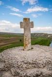 Altes Steinkreuz Alter christlicher Platz Orhei, Moldau-Republik Sommerhügel- und -feldansicht Lizenzfreie Stockfotos